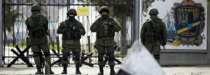 Soldados rusos montan guardia frente a una base ucraniana.