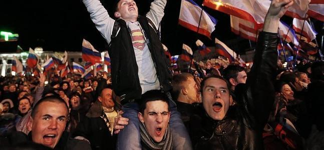 Prorrusos en Simferópol celebrando el resultado.