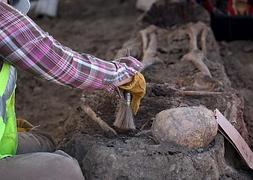 Un operario trabaja con un esqueleto encontrado en una excavación de San José, California.
