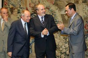 El exministro socialista Pedro Solbes, entre Miguel Ángel Fernández Ordóñez (i) y Jaime Cariana (d), los dos últimos gobernadores del Banco de España
