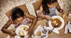 Dos niñas almuerzan en un colegio público de Sevilla.