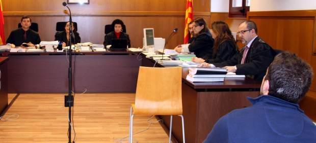 El mosso d'Esquadra (de espaldas) juzgado por apuñalar a un taxista, durante el juicio en la Sección 21ª de la Audiencia de Barcelona.
