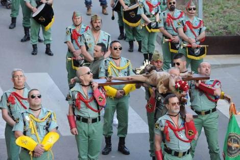 Miembros de la Hermandad de Antiguos Caballeros Legionarios de Barcelona desfilan el Jueves Santo