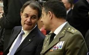 Artur Mas conversa con un alto mando del Ejército.