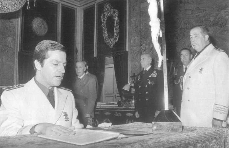 En abril de 1975, en el Palacio del Pardo, Adolfo Suárez González jura su cargo como Vicesecretario General del Movimiento, en un acto presidido por Franco