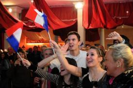 Unos partidarios del Frente Nacional (FN) reaccionan al conocer los primeros resultados de la primera vuelta de las elecciones municipales francesas el 23 de marzo de 2014 en Marsella