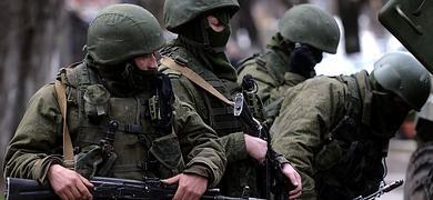 Soldados rusos patrullan en las inmediaciones del cuartel de la Armada Ucraniana en Simferópol.