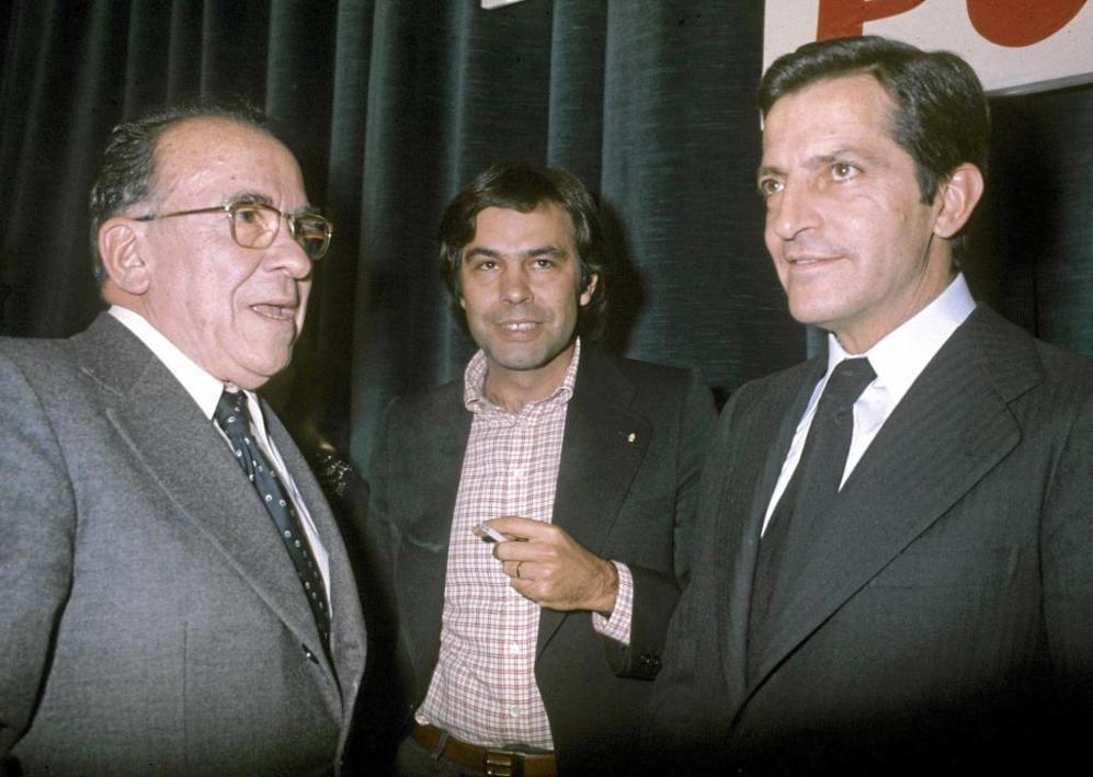 Suárez, a la derecha, junto a Felipe González y Santiago Carrillo, al inicio de la Transición partitocrática