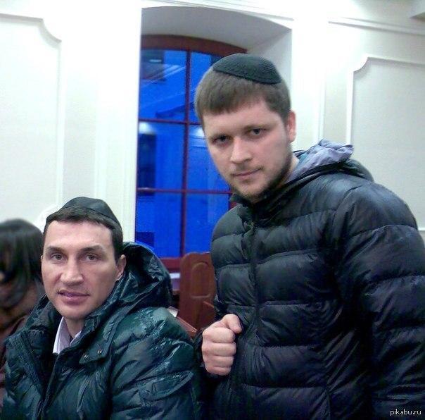El candidato presidencial Vitali Klitschko en la sinagoga.