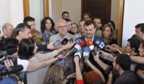 Cayo Lara, Antonio Maillo y el portavoz parlamentario, José Antonio Castro, atienden a los medios tras la reunión celebrada hoy en el Parlamento andaluz