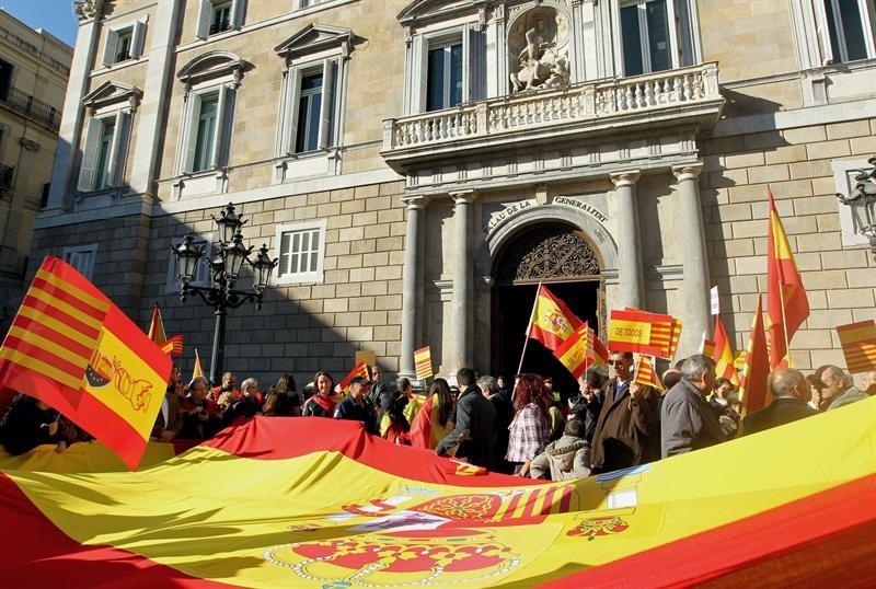 El Palacio de la Generalidad rodeado de banderas de España.