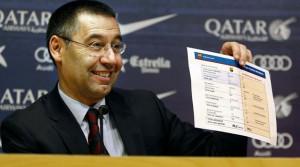 Josep Maria Bartomeu, presidente del Barça, enseña los números del fichaje de Neymar