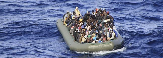 Bote neumático con numerosos inmigrantes frente a las costas de Lampedusa.
