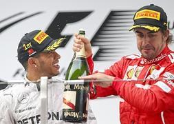 Alonso celebra su podio junto a Hamilton.