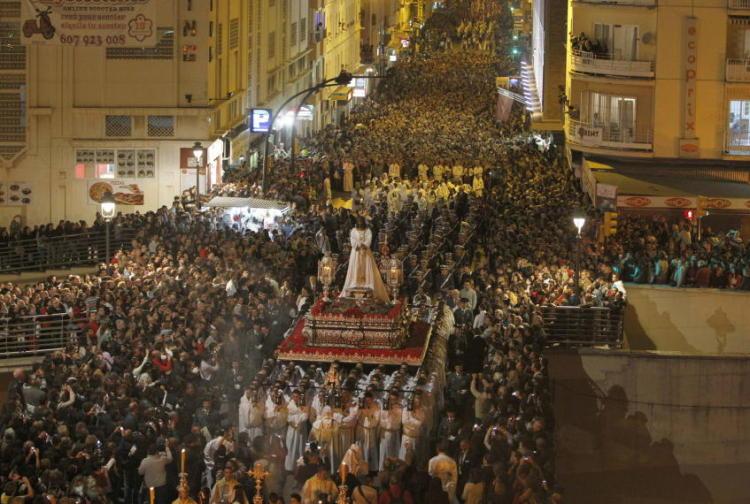 Una muchedumbre acompaña al Cautivo a su paso por las calles de Málaga