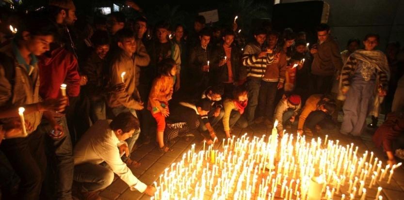 Un grupo de personas depositan velas en Bangkok contra las violaciones