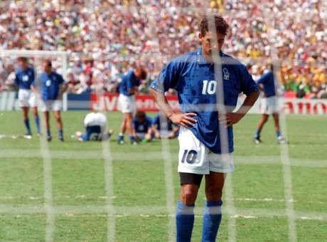 El italiano Roberto Baggio lamenta el penalti perdido contra Brasil en la final de 1994, en la que el país sudamericano conquistó su cuarta Copa.