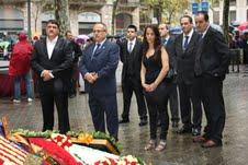 Gerard Bellalta, segundo por la izquierda, tras colocar una bandera de España en el busto de Rafael de Casanova durante la Diada del pasado año