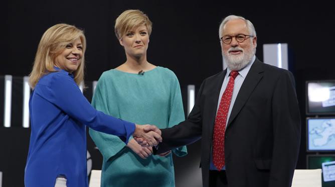 El cabeza de lista del PP a las elecciones europeas, Miguel Arias Cañete, saluda a la candidata socialista a las elecciones europeas, Elena Valenciano