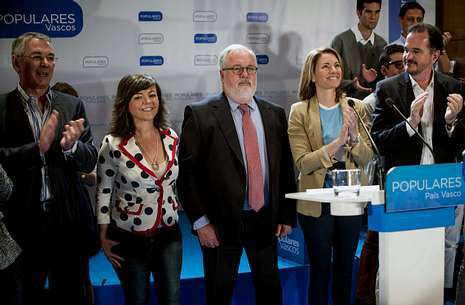 Cañete, ayer en un acto electoral en Bilbao con líderes del PP vasco, como la presidenta, Arantza Quiroga.