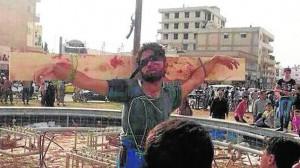 Una de las crucifixiones llevadas a cabo en una plaza de la ciudad e Raqqa (Siria)