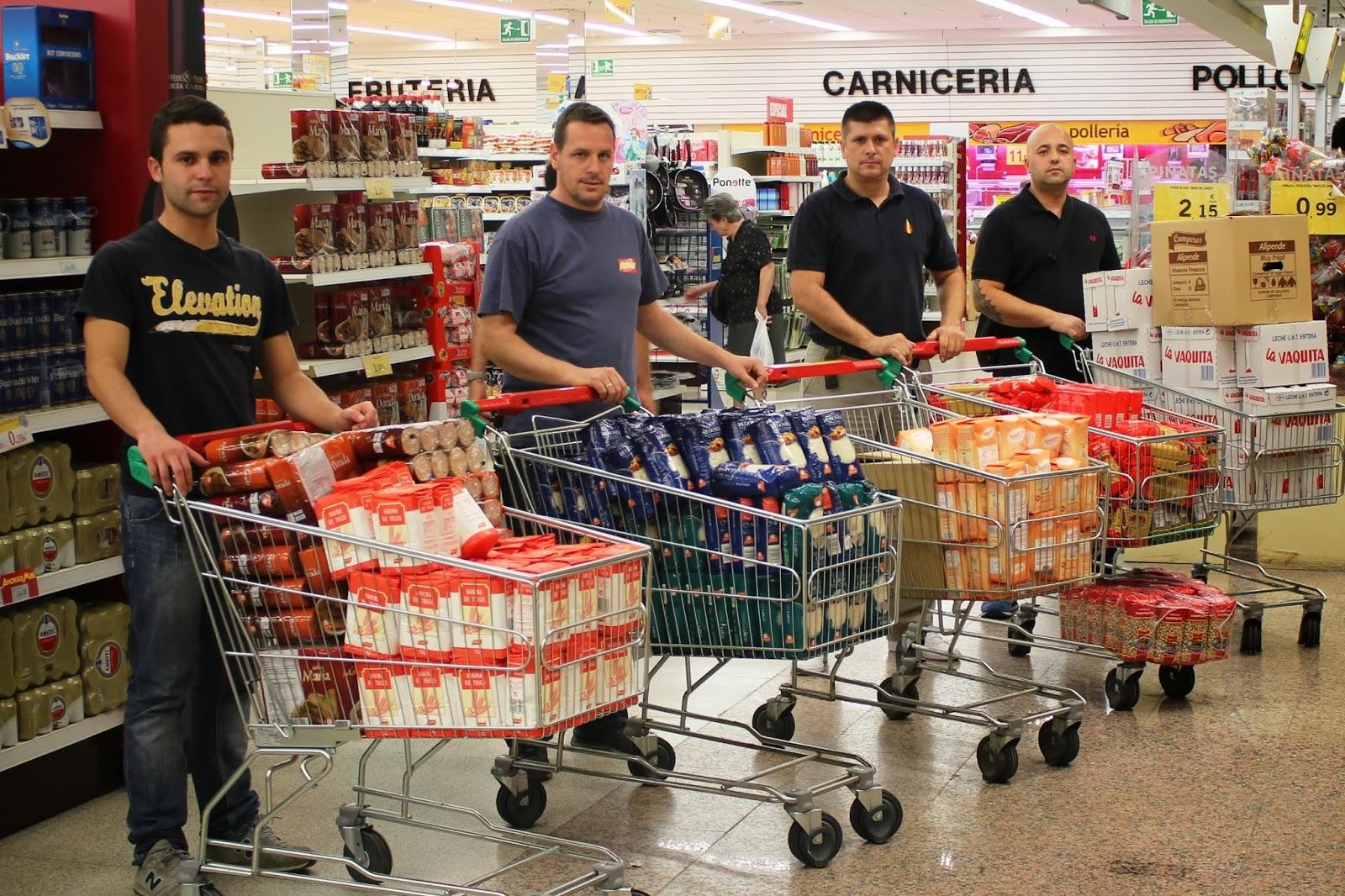Miembros de España2000 recogiendo alimentos para ser donados a Españoles en Acción