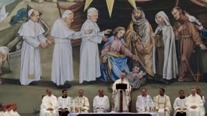 El Papa Francisco, oficiando una ceremonia religiosa. En la pintura de fondo, Jesús porta un pañuelo palestino