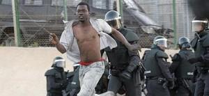 Un inmigrante huye tras entrar en Melilla.