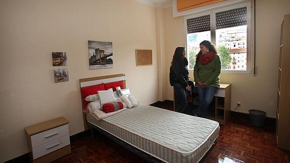 Dos jóvenes en una vivienda.