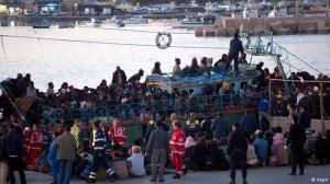 Inmigrantes africanos llegan ilegalmente a la isla italiana de Lampedusa