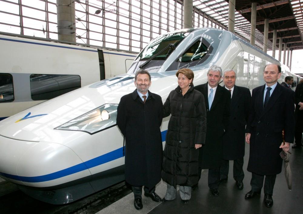 Magdalena Álvarez, acompañada de Antonio González Marín (i), durante la presentación de los trenes AVE S-102.