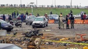 Oficiales de la policía nigeriana observan el lugar donde el pasado dos de mayo explotó un coche bomba en Nyana, Abuya, la capital de Nigeria