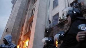 Varias personas esperan ser evacuadas en la cornisa del edificio incendiado en Odessa