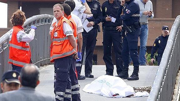 La Policía y los servicios sanitarios junto al cadáver de Isabel Carrasco.