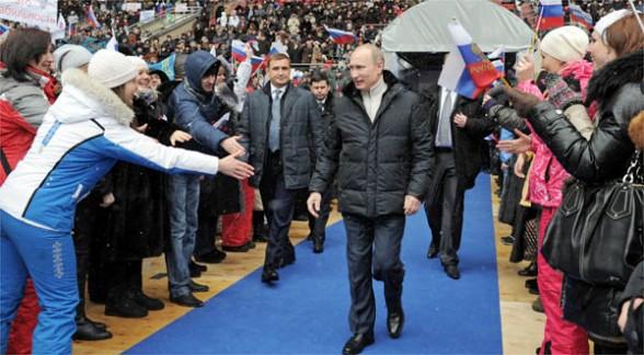 Vladímir Putin es aclamado a su llegada al estadio de Moscú.