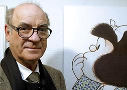 'Quino', junto a su más famosa creación, Mafalda.