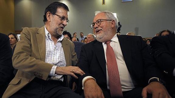 Rajoy dialoga con Cañete durante un acto del PP en Pontevedra