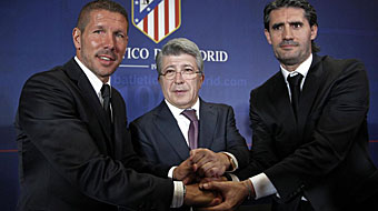 Simeone, a la izquierda, tras su firma como entrenador del Atlético