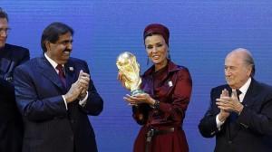 Moza bint Nasser Al Missned, esposa del emir de Catar, posa junto al presidente de la FIFA, Joseph Blatter, después de la elección de Catar como sede del Mundial de 2022.