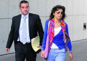 La concejala Belén Arganza junto a su abogado, Andrés Martínez Cellanes, a la salida del juicio.