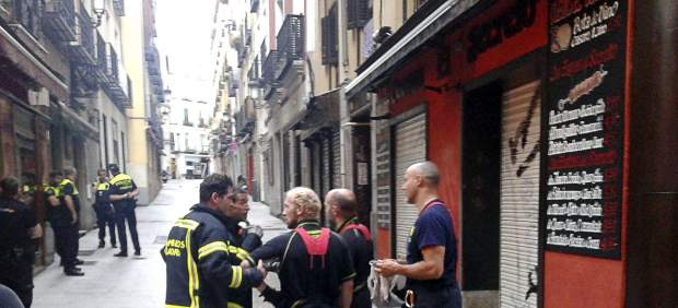 Bomberos y policía municipal en la calle donde ocurrió el suceso