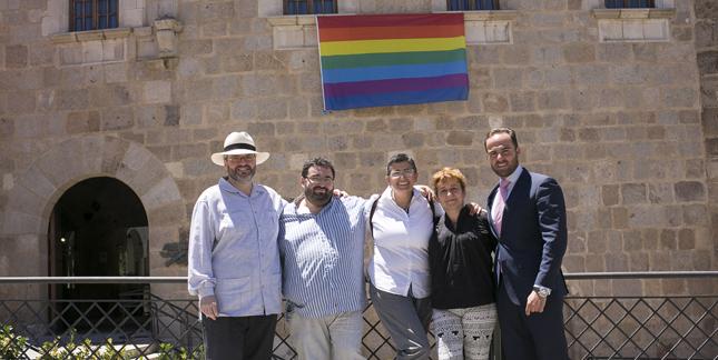 El coordinador de Presidencia y Relaciones Institucionales del Gobierno de Monago, Juan Parejo (d), junto a activistas del colectivo LGTB. Foto: Junta de Extremadura