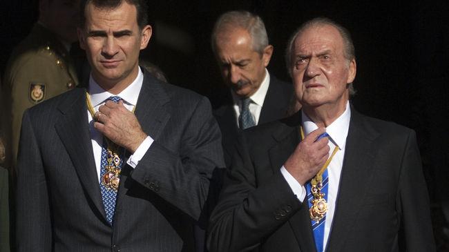 El todavía Rey de España (d) junto al príncipe de Asturias, su sucesor
