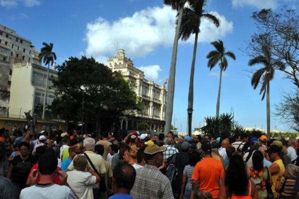 Cientos de personas hacen cola en un parque habanero frente a la Embajada de España en Cuba.