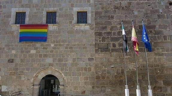 La bandera del arcoiris ya luce en el edificio de la Presidencia de la Junta de Extremadura.