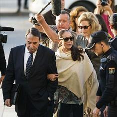 La tonadillera Isabel Pantoja, acompañada por su abogado, en la Audiencia de Málaga.