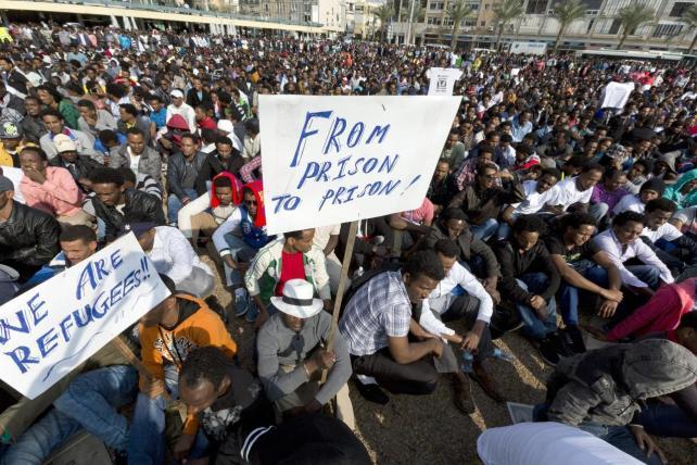 Miles de inmigrantes africanos protestan contra el racismo en Israel.
