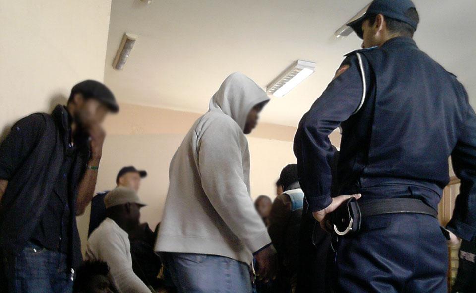 De la actitud desafiante cuando entran ilegalmente en territorio español a la actitud sumisa de los subsaharianos cuando son interceptados por gendarmes marroquíes