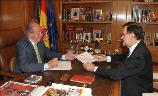 Imagen del momento en el que el Rey entrega su abdicación a Mariano Rajoy
