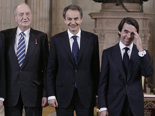 Los expresidentes del Gobierno Rodríguez Zapatero y Aznar junto al Rey.